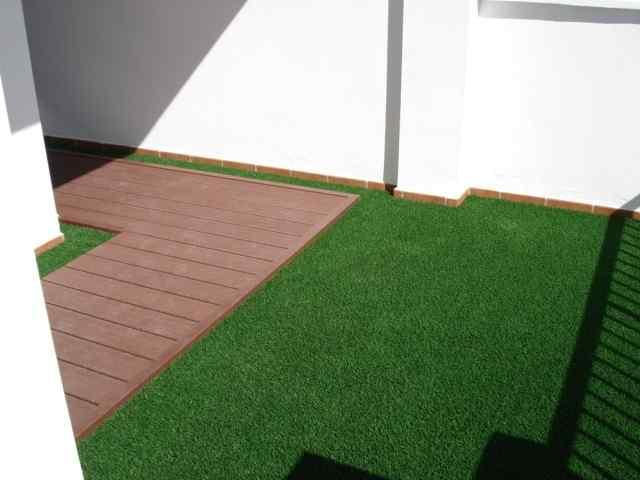 terraza con cesped artificial y tarima exterior