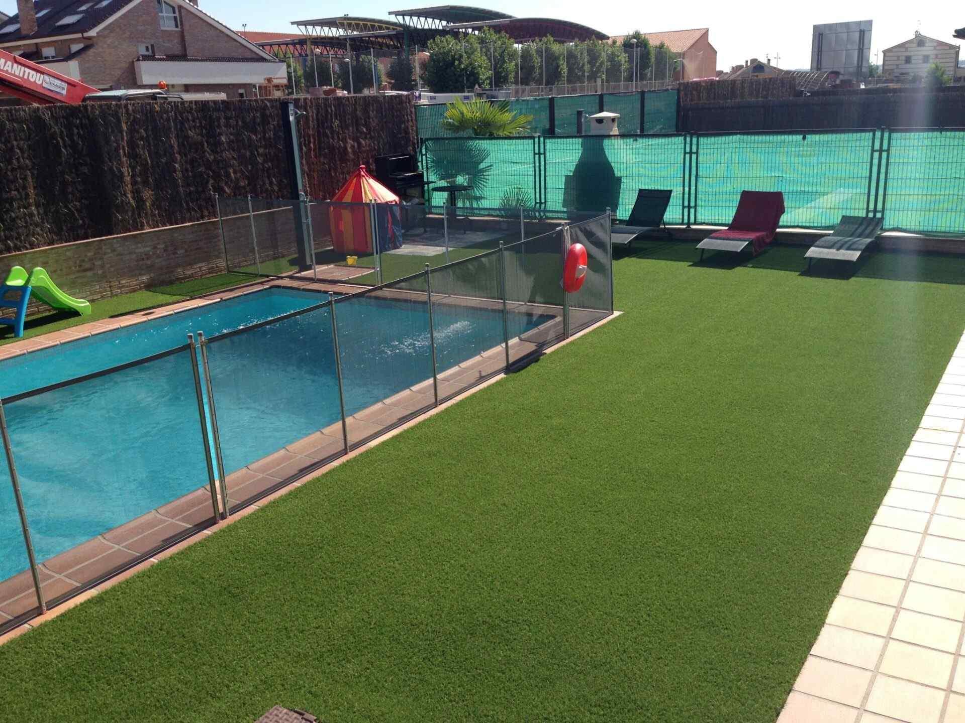 cesped artificial piscinas