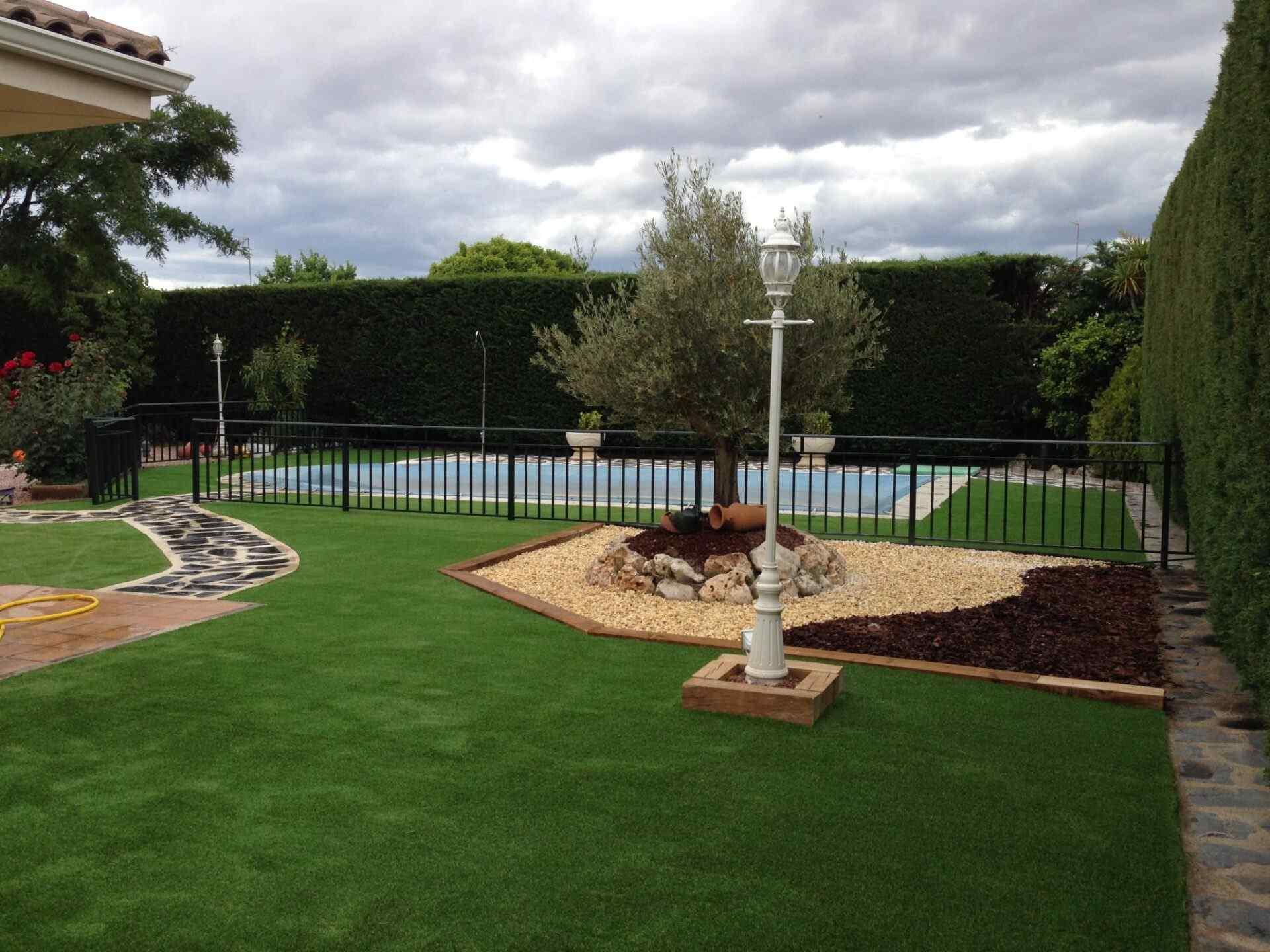 Cesped Artificial Alrededor De Piscinas Ejemplos En Jardines Y - Cesped-artificial-barato-para-terrazas