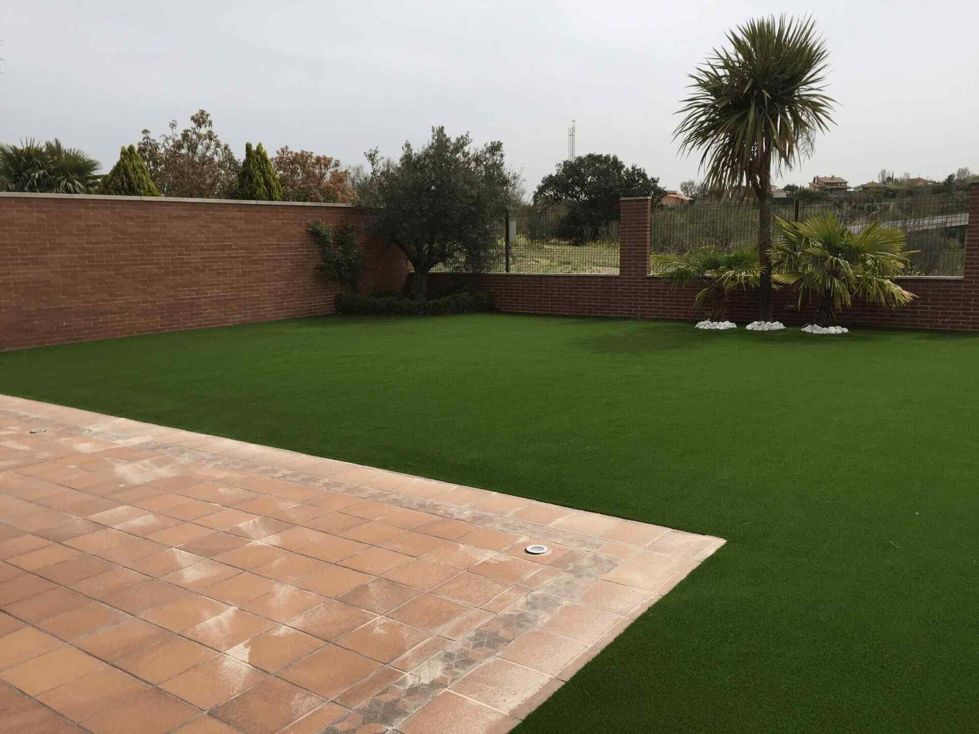 Jardines y terrazas con csped artificial Galeria de inpiracin Mayo
