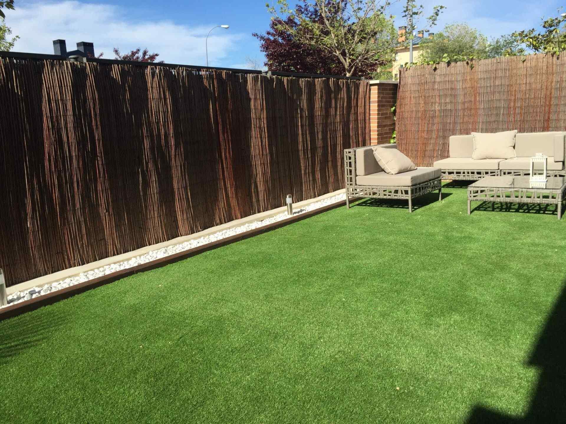 terraza con cesped artificial